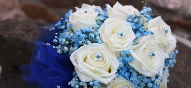 Mazzo di fiori e bouquet lavorati a mano in tutti i colori per tutte le cerimonie come matrimoni, lauree